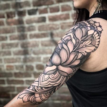 Женское тату на плече в стиле Linework цветы