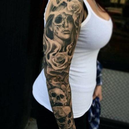 Женское тату рукав в стиле готика девушка цветы череп