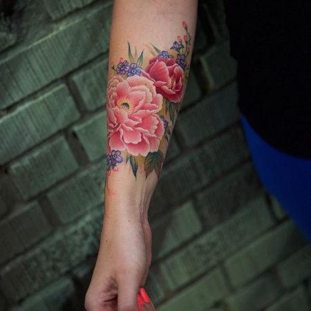 Женское цветное тату на предплечье цветы в стиле Linework