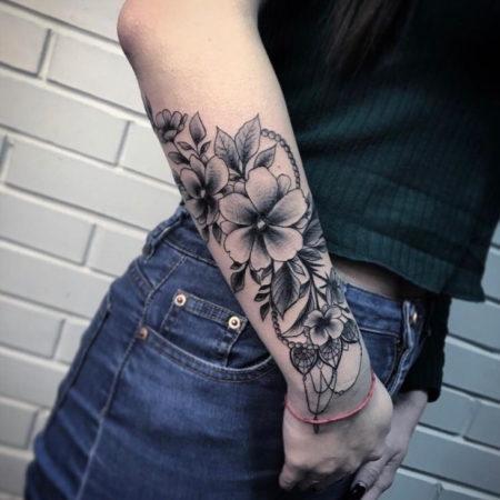 Женское тату на предплечье в стиле Linework цветы