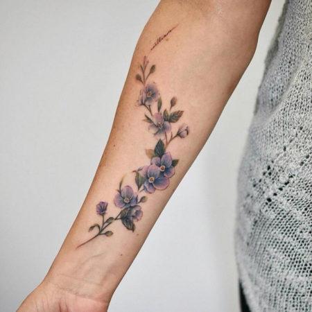 Женское тату на предплечье в стиле минимализм цветы