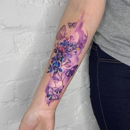 Женское тату на предплечье в стиле акварель цветы