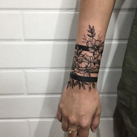 Женское тату на запястье в стиле Linework цветы браслет