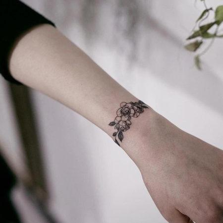 Женское тату на запястье в стиле Linework браслет