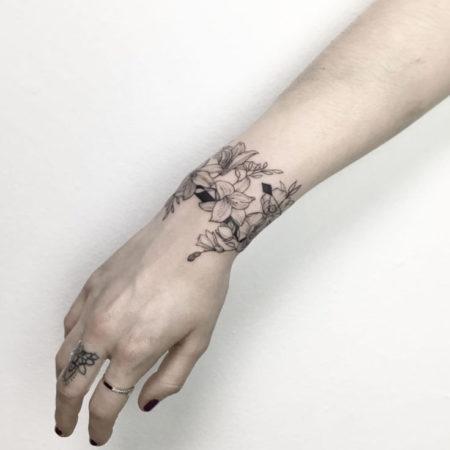 Женское тату на запястье в стиле Linework