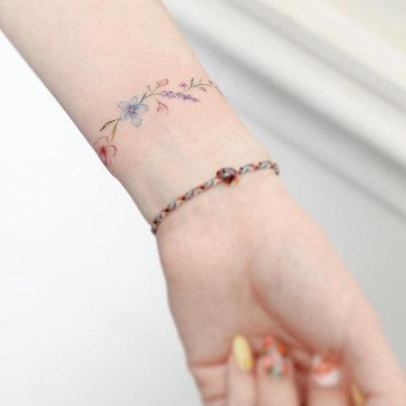 Женское тату на запястье в стиле минимализм браслет