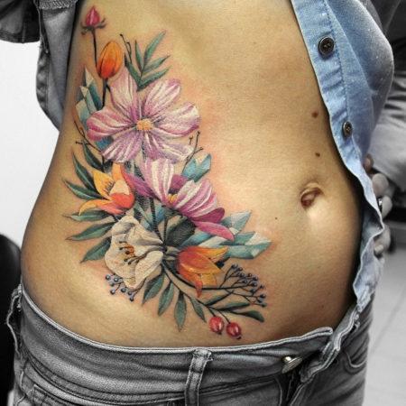 Женское тату на животе в стиле цветы