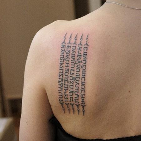Женское тату надпись иероглифы на лопатке