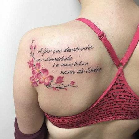 Женское тату надпись на лопатке цветы
