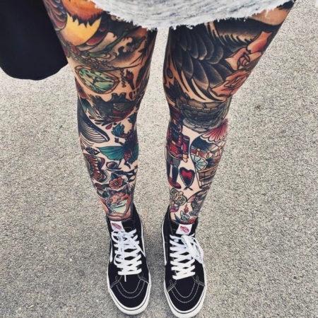 Женское тату на ноге в стиле олдскул