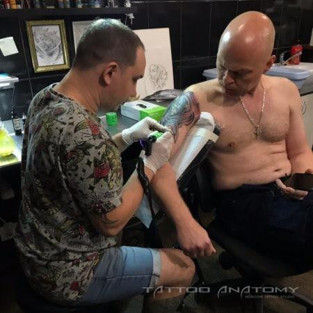 процесс Нанесение тату мастер делает тату на плече
