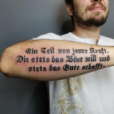мужская тату надпись на предплечье