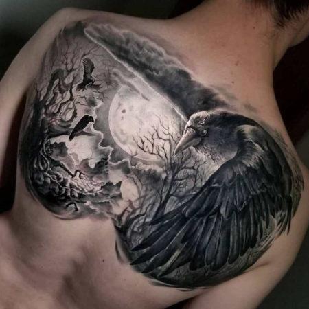 Мужское тату на лопатке в стиле реализм птица