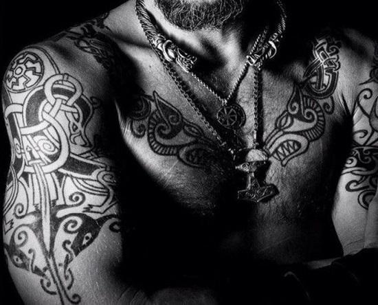 тута скандинавские символы на руках и на груди черно белое