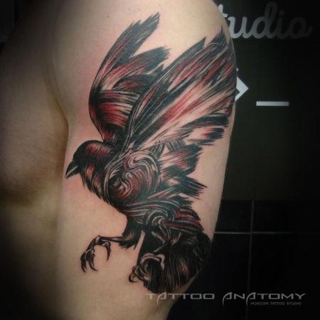 Мужское тату на плече в стиле треш полька птица