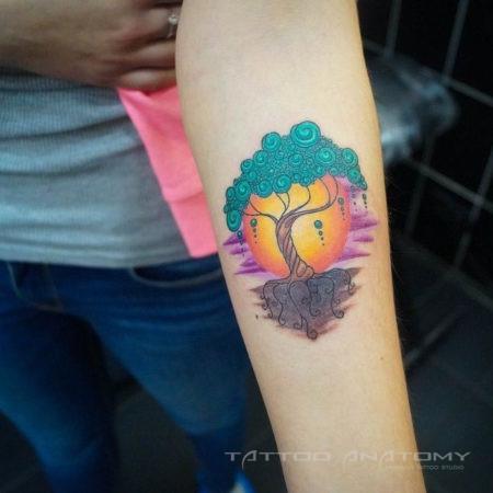 Женское тату в стиле сюрреализм на предплечье