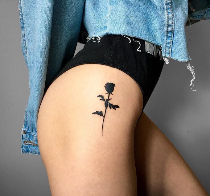 Женское тату на бедре минимализм силуэт розы