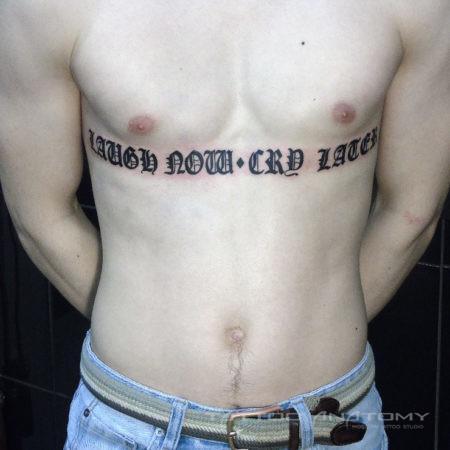 тату мужское на груди надпись