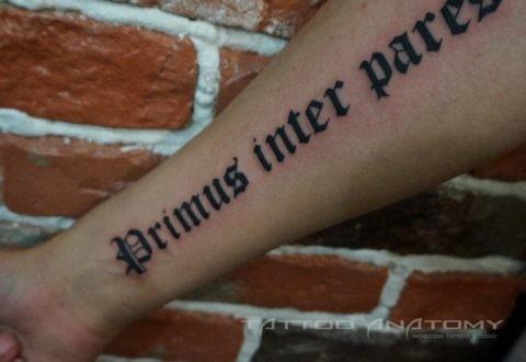тату надпись на внутренней стороне правой руки