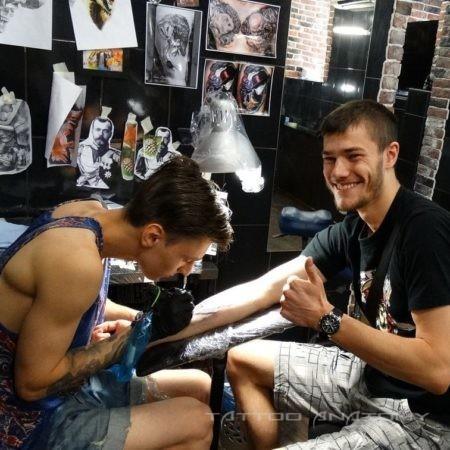 процесс создания мужской татуировки на руке