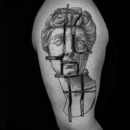 Мужское тату в стиле гравюра на плече