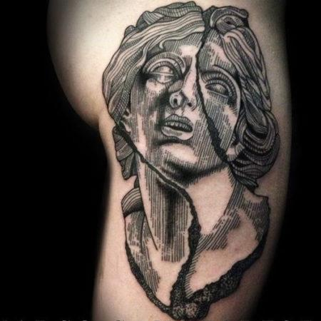 Мужское тату в стиле гравюра на коленке