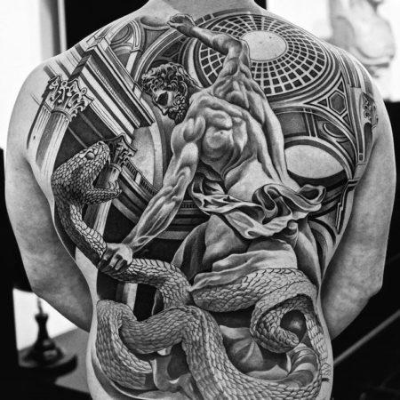 Мужское тату в стиле гравюра мифология геракл на спине
