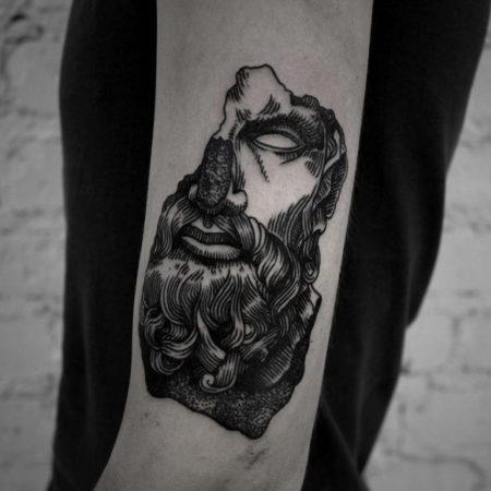 Мужское тату в стиле гравюра на руке