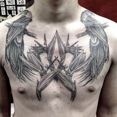 Мужское тату в стиле гравюра птицы на ключицах