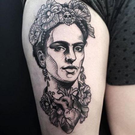 Женское тату в стиле гравюра на бедре