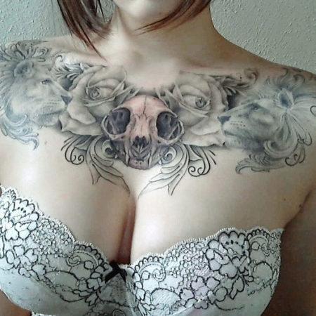 Женское тату на ключице в стиле готика череп львы