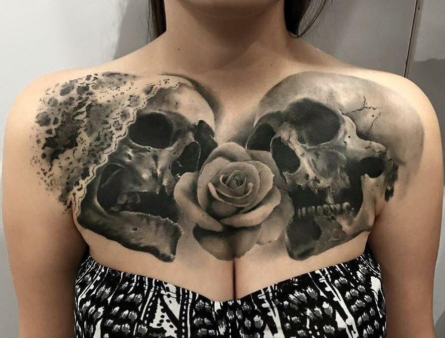 Женское тату на ключице в стиле готика черепа