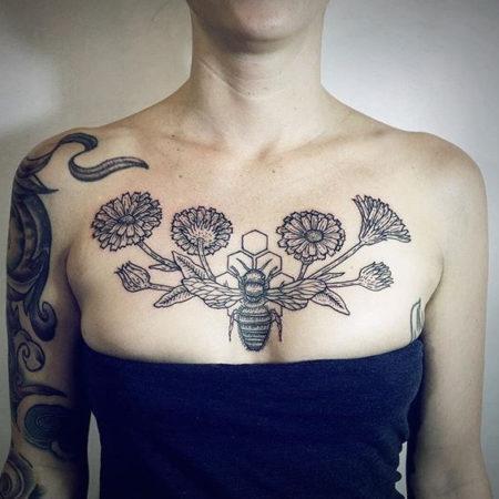Женское тату на ключице в стиле Linework