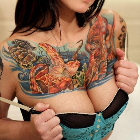 Женское тату на ключице в стиле олд скул морская тема