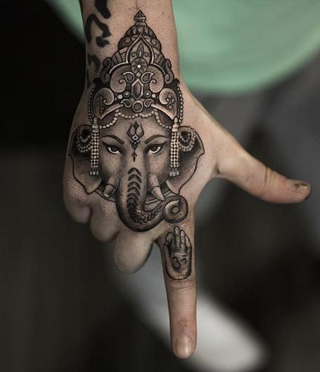 женские тату на кисти руки в стиле стимпанк