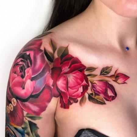 Женское тату на плече цветок
