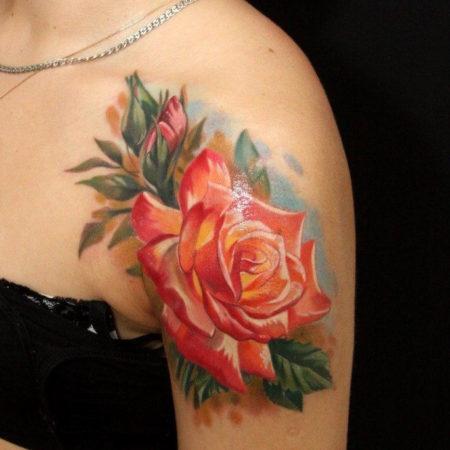 Женское тату на плече в стиле акварель роза