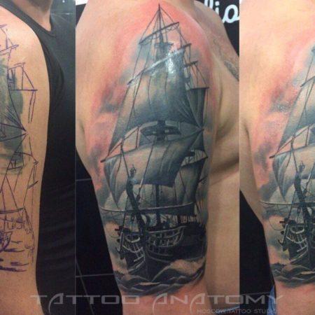 Перекрытье тату на плече мужчины - фрегат в стиле реализм